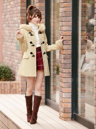 10代向けの可愛いガーリーファッションにピッタリのファー付きダッフルコート。