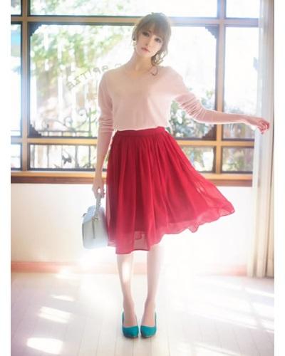 シンプルなピンクの春ニットと合わせるのはビビットなレッドのレースフレアスカート。