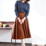ふんわりとしたフレアスカートにはオトナなカラーを合わせて落ち着かせる♡